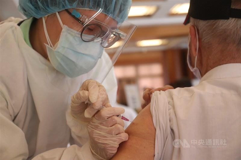 疫情指揮中心指揮官陳時中表示,日本所捐124萬劑AZ疫苗15日起擴大接種,全國單日施打超過14萬人次。圖為15日長者接種AZ疫苗。(中央社檔案照片)