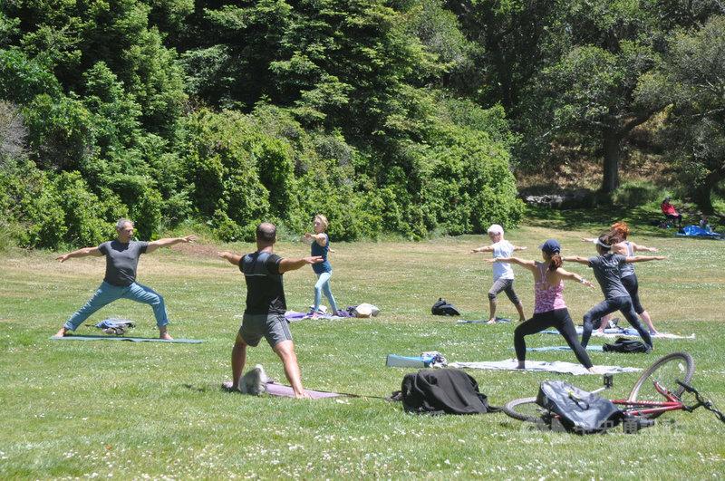 自從去年爆發疫情以來,許多美國人改成在戶外保持社交距離運動,疫情後可望延續。圖為舊金山金門公園民眾做瑜伽一景。中央社記者周世惠舊金山攝 110年6月16日