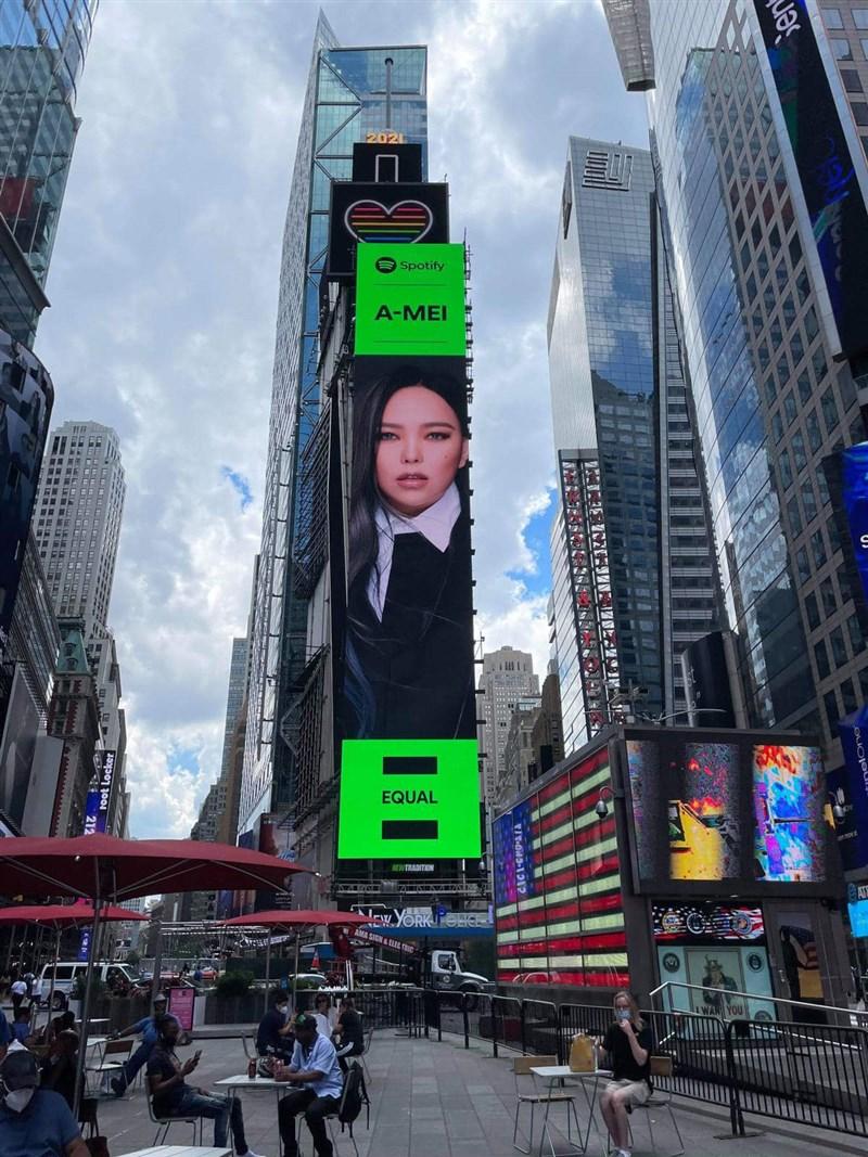 歌手張惠妹(阿妹)於美國時間16日登上紐約時報廣場(Times Square)大螢幕。(圖取自facebook.com/aMEI.feat.AMIT)