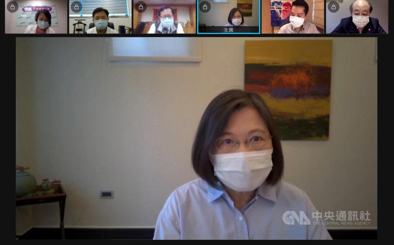 民進黨主席蔡英文16日指出,當前要務,是把疫情控制住,「我們自己穩住,台灣才能在國際舞台上站穩腳步。」(民進黨提供)中央社記者葉素萍傳真 110年6月16日