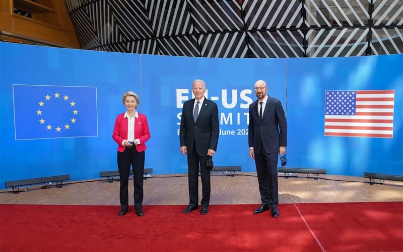 美國總統拜登(中)15日會晤歐盟執委會主席范德賴恩(左)以及歐盟理事會主席米歇爾(右),會後公報同樣強調維護台海和平穩定的重要性。(圖取自facebook.com/POTUS)
