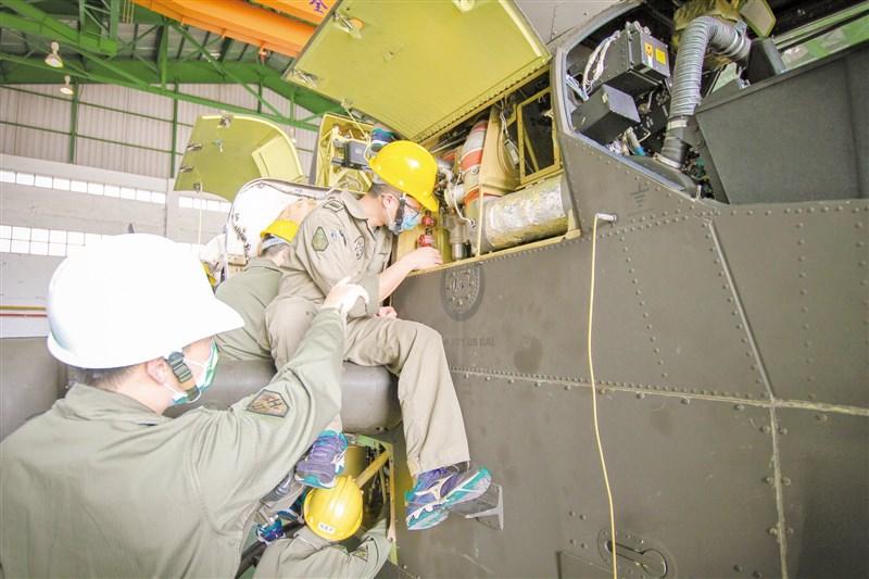 陸軍15日披露602旅飛機保修廠執行AH-1W超級眼鏡蛇攻擊直升機維保畫面,使部隊能有效發揮關鍵戰力。(圖取自facebook.com/ROC.armyhq)