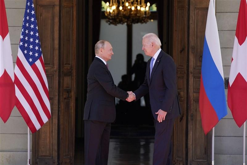 紐約時報報導,美俄峰會的實際內容看不出可以扭轉兩國處於冰點的關係。圖為美國總統拜登(右)和俄羅斯總統蒲亭(左)16日在瑞士日內瓦拉格蘭奇別墅舉行的峰會前互相握手致意。(美聯社)