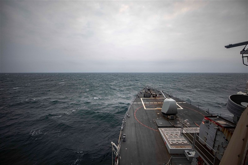 在美國強力主導下,對台海和平穩定的關切寫入正式國際文件。圖為美軍導向飛彈驅逐艦馬侃號4月通過台海。(圖取自facebook.com/USPacificFleet)