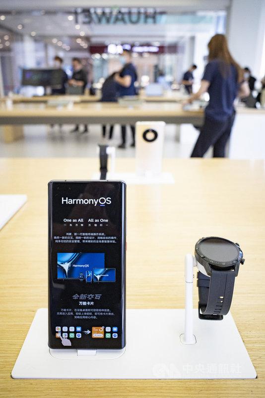 由於美國制裁導致5G晶片斷供,據陸媒16日報導,華為今年將不會發表新一代的Mate 50系列旗艦手機。圖左為搭載華為鴻蒙作業系統的Mate 40手機。(中新社提供)中央社 110年6月16日
