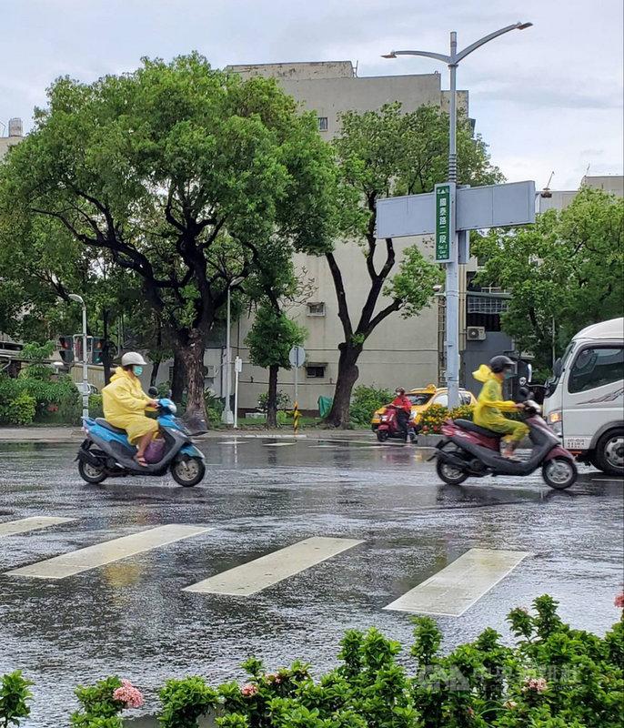高雄市16日受到西南風影響為多雲短暫陣雨或雷雨的天氣,包括杉林、內門區達大雨等級,平地鳳山、楠梓區雨勢也不小。(民眾提供)中央社記者王淑芬傳真 110年6月16日