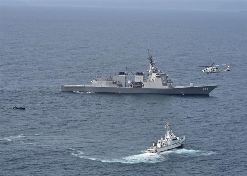 日本防衛省彙整2021年版「防衛白皮書」草案,首度提及「台灣情勢的穩定,對我國安全保障及國際社會穩定來說很重要」。圖為日本海上自衛隊4月22日演習情形。(圖取自facebook.com/mod.japn)