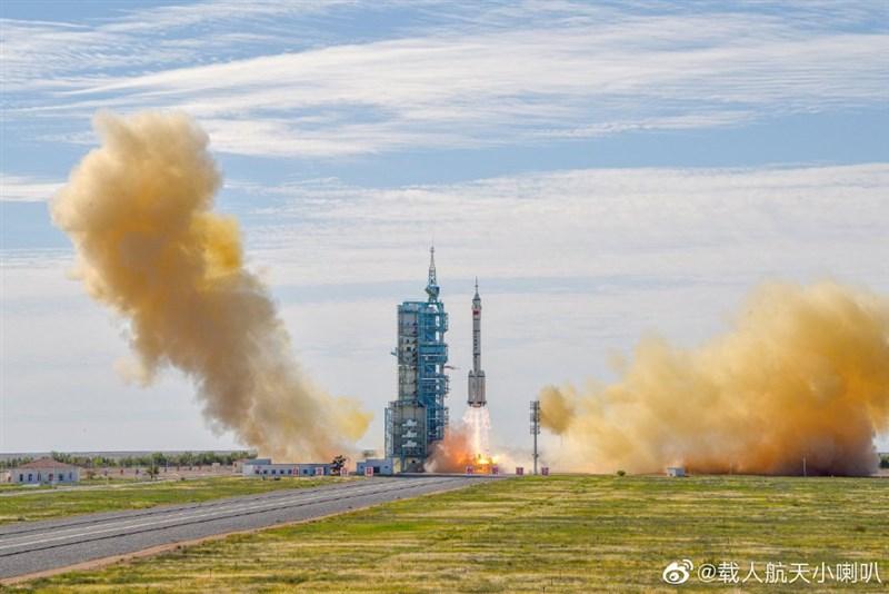 據新華社,搭載中國神舟十二號載人太空船的長征二號F遙十二運載火箭,於北京時間17日上午9時22分發射升空。(圖取自weibo.com/cmsexlb)