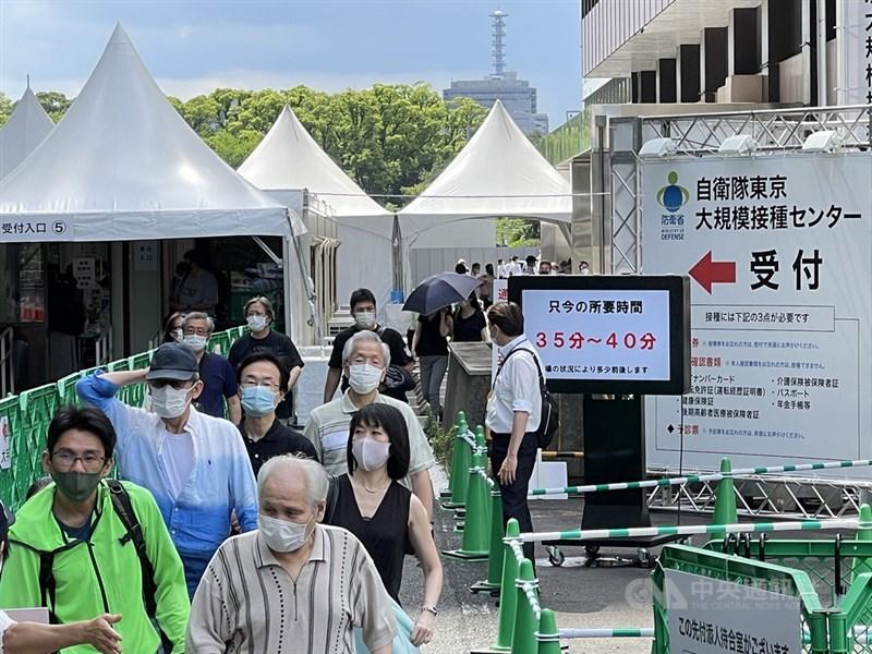 日本自衛隊設置在東京都及大阪府的大規模疫苗接種中心,從17日起將施打對象年齡放寬到18歲以上。圖為位於東京都的接種中心會場。中央社記者楊明珠東京攝 110年6月17日