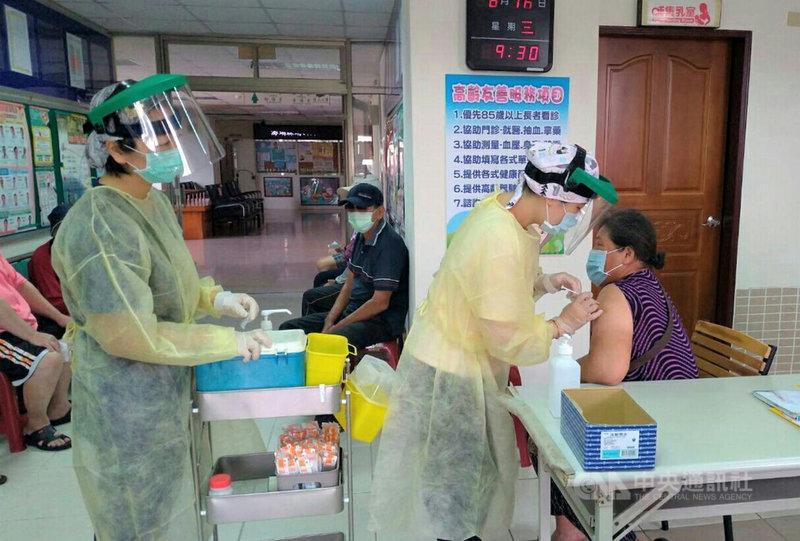 日本捐贈近124萬劑牛津AZ的武漢肺炎疫苗開打,澎湖縣政府衛生局除1市5鄉的衛生所外,亦在龍行新城等近20個村里開設社區接種站,方便長者就近前來施打。(澎湖縣政府提供)中央社  110年6月17日