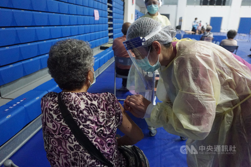 金門縣政府17日說,中央已宣布75歲以上長者,不限居住地或戶籍地,可就近接種疫苗,請旅台長者依各縣市規定分流施打,減少移動,降低染疫風險。中央社記者黃慧敏攝  110年6月17日