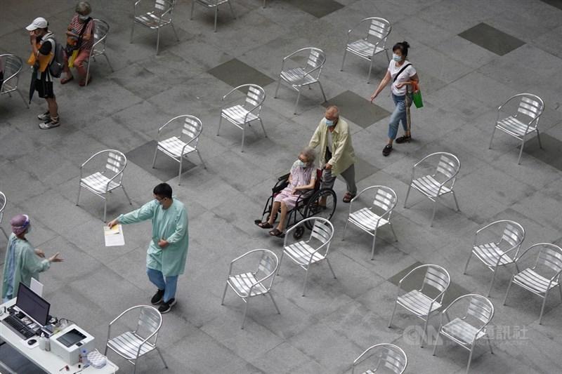 指揮中心表示,75歲以上老人一旦染疫致死率恐達22.7%,呼籲接種疫苗。中央社記者徐肇昌攝 110年6月17日