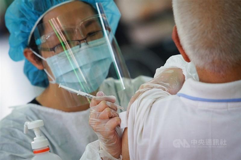 國內疫情嚴峻,60歲以上確診者的重症比率仍維持34.1%,指揮中心醫療應變組副組長羅一鈞呼籲,長輩切勿因死亡事件未釐清因果關係前,就卻步不打疫苗。中央社記者王騰毅攝 110年6月17日