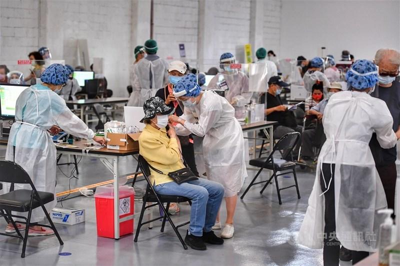 日本捐贈的124萬劑AZ疫苗15日起擴大施打,長輩踴躍接種。圖為台北市國泰醫院在松菸園區設置接種站。中央社記者王飛華攝 110年6月16日