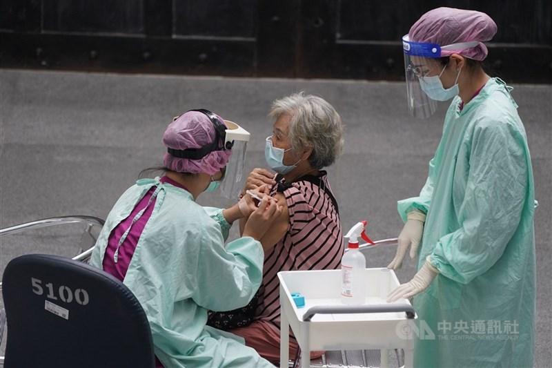 國內有11名長者接種AZ疫苗後死亡,指揮中心發言人莊人祥17日說,目前沒有因此出現緩打潮。圖為醫護人員幫長輩注射疫苗。中央社記者徐肇昌攝 110年6月17日