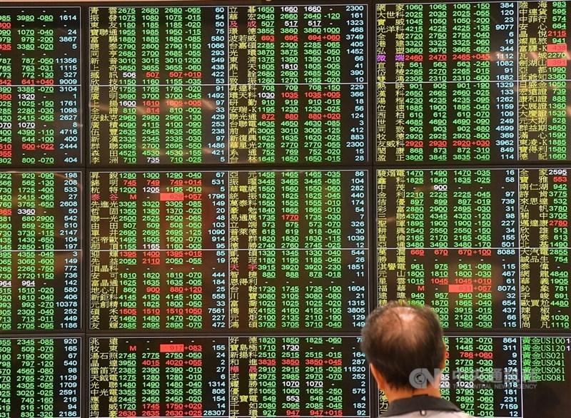 由於權值電子股台積電除息新台幣2.5元、影響加權指數約21.33點,台股指數17日跌幅擴大到超過157點,最低來到17150.52點。(中央社檔案照片)