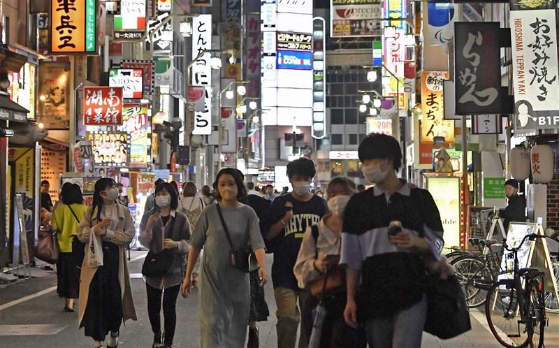 日本東京都鬧區外出人潮已連續5週增加,讓專家憂慮有可能出現超過第3波疫情的急速疫情擴大。圖為17日新宿街頭。(共同社)