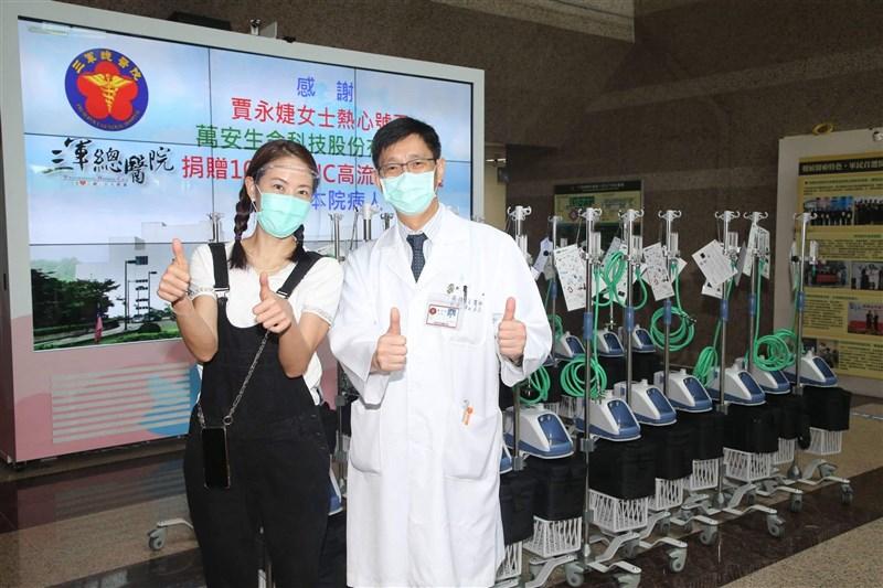 藝人賈永婕(左)號召企業界與演藝圈捐贈「救命神器」HFNC系統。(圖取自賈永婕臉書facebook.com)