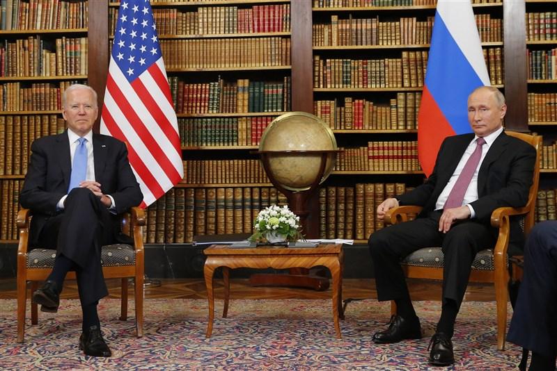 美國總統拜登(左)與俄羅斯總統蒲亭在瑞士日內瓦舉行美俄峰會,儘管多數議題存在歧見,兩人仍針對戰略穩定發表聯合聲明。(法新社)