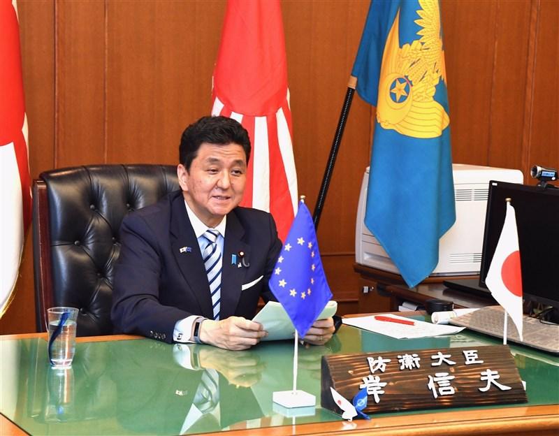 日本防衛大臣岸信夫17日透過視訊在歐洲議會小組委員會發表演說,且再度提到台灣情勢,認為台灣情勢的穩定對國際社會來說很重要。(圖取自twitter.com/modjapan_en)