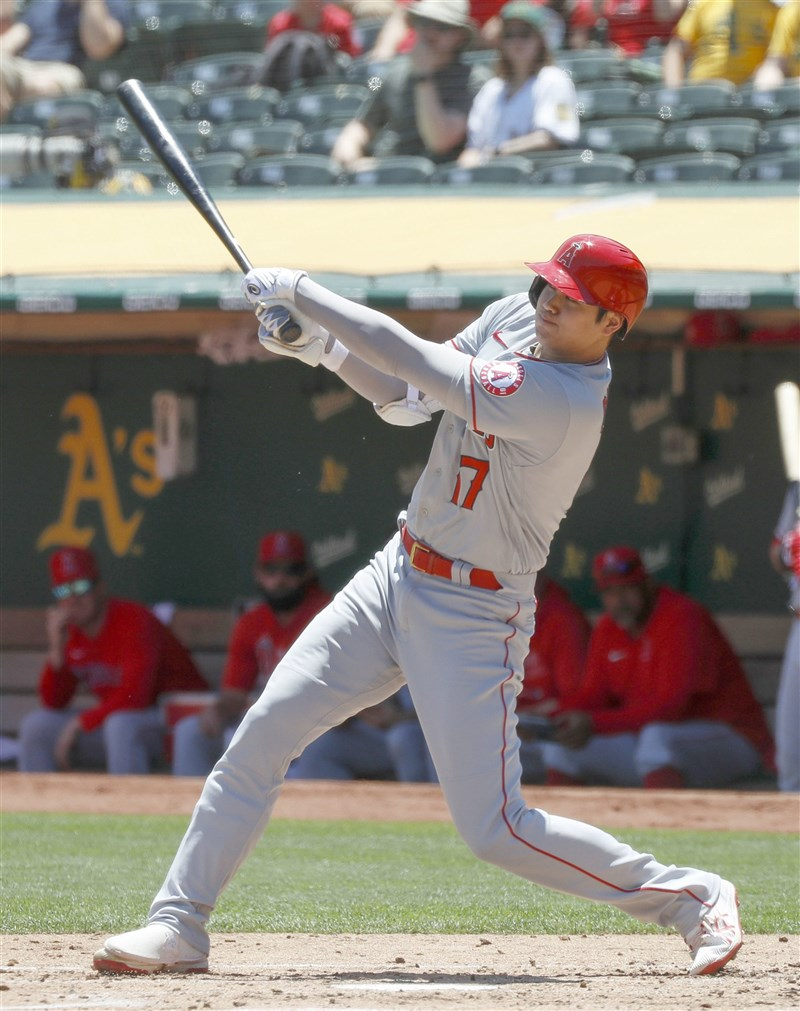 MLB日籍二刀流球星洛杉磯天使大谷翔平16日展現過人能耐,擊出本季第19轟,並靠著腳程跑出一支安打上壘隨後盜壘成功,可惜無助球隊取勝。(共同社)