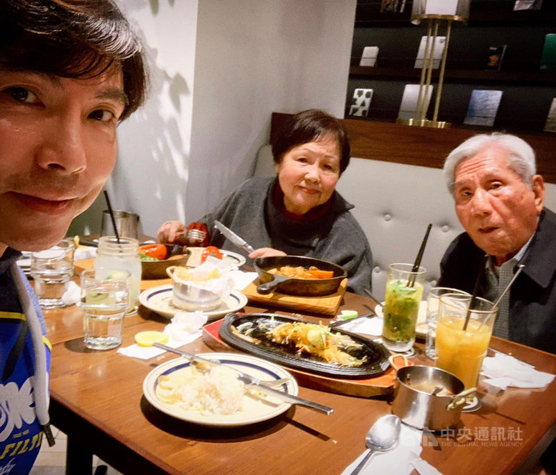 音樂人郭蘅祈(郭子)(左)近日宅在家中防疫,也獲得更多與父母共享天倫之樂的時光。他盼疫情退散後,能帶著父母赴日本旅遊。(祈普行提供)中央社記者王心妤傳真 110年6月17日