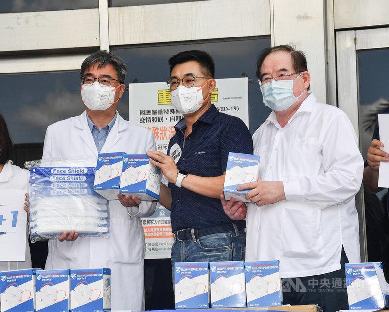 國民黨17日上午來到台北市聯合醫院中興院區,致送FFP2口罩與防護面罩等防疫物資給前線醫護人員,黨主席江啟臣(中)代表贈送。中央社記者鄭清元攝  110年6月17日