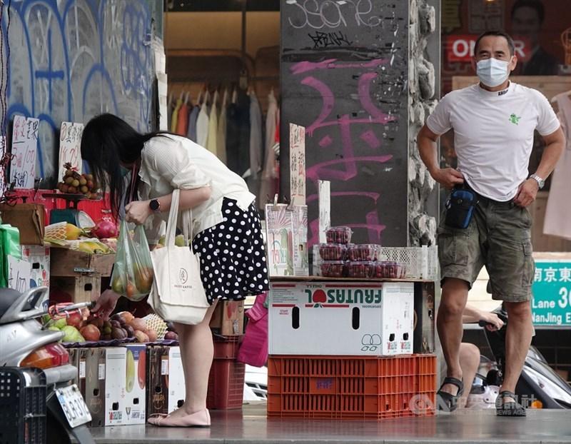 針對外界反映小攤商等自營作業者,或是無一定雇主勞工的生活補貼排富門檻不公,行政院官員表示,紓困4.0將滾動式檢討。中央社記者鄭傑文攝 110年6月17日