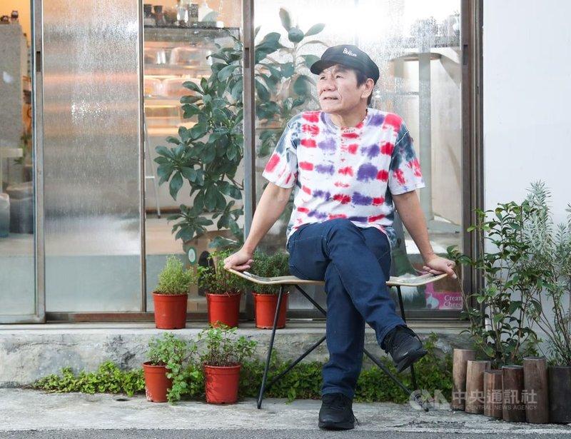 金曲歌王趙傳推出新專輯「老不休」,象徵音樂事業和人生永不停歇,他透露平時為鍛鍊身體,不只每天走路訓練肺活量,每週也至少重訓2到3次及打籃球,對體力有自信,笑稱跟年輕人打籃球也不一定輸。中央社記者張新偉攝  110年6月17日
