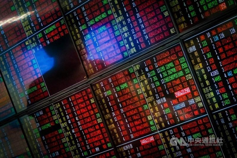 台灣證券交易所統計,台股18日收在17318.54點,較上週上漲105.02點。(中央社檔案照片)
