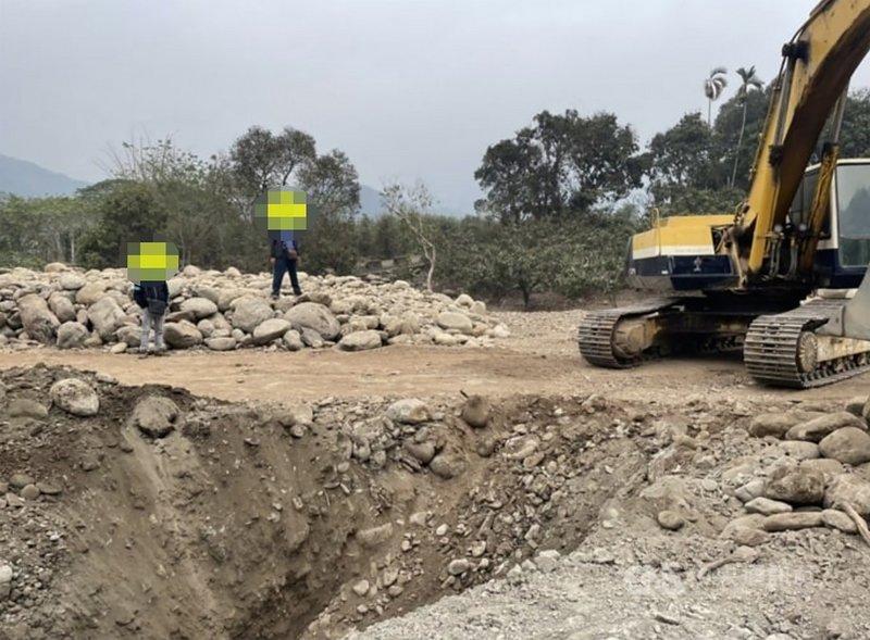 橋頭檢方18日宣布破獲六龜山區盜採砂石及回填廢土集團,初估半年來開挖農地約3個籃球場大小,約盜採4000多噸砂石。(橋頭地檢署提供)中央社記者洪學廣傳真  110年6月18日