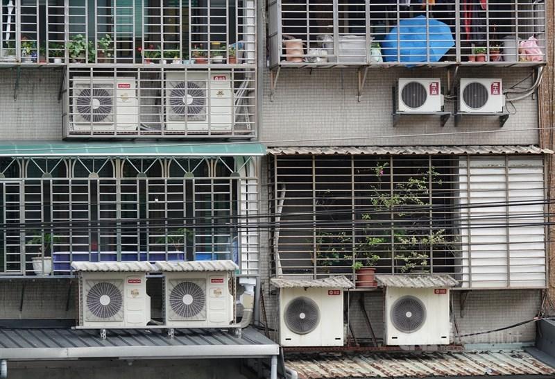 中央氣象局18日對多個縣市發布高溫燈號。天氣炎熱也帶動用電攀高,台電表示,18日最高用電量達3808.4萬瓩,不僅創歷年6月用電新高,也寫下歷史用電第2高紀錄。(中央社檔案照片)