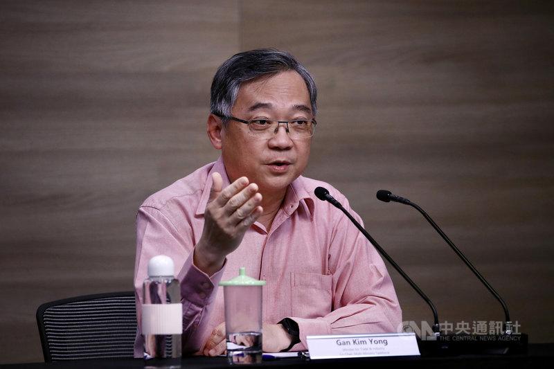 新加坡跨部會抗疫工作小組聯合領導人之一、貿工部長顏金勇18日表示,下週起按原訂計畫開放餐廳內用,但限制每桌最多2人,以防疫情擴大。(新加坡通訊及新聞部提供)中央社記者侯姿瑩傳真 110年6月18日