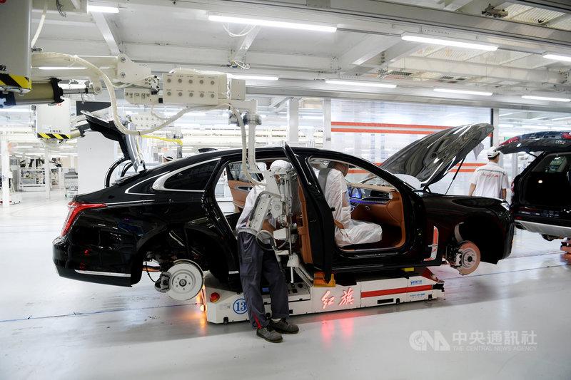 針對汽車晶片荒,中國工信部前部長苗圩18日說,中國汽車產業需要建立自主可控的車規級晶片產業體系。圖為位於吉林長春的中國一汽工廠,正在組裝紅旗豪華汽車。(中新社提供)中央社 110年6月18日