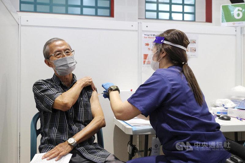 新加坡在全島廣設接種中心,為民眾施打COVID-19疫苗。圖為惹蘭勿剎(Jalan Besar)民眾俱樂部的接種中心。(新加坡通訊及新聞部提供)中央社記者侯姿瑩傳真 110年6月18日