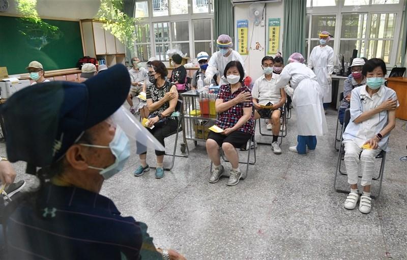 北市府表示,85歲以上長者已全部打完武漢肺炎疫苗。市長柯文哲表示,19日將公布接種年齡層可降到多少。圖為18日上午民眾於民生國小教室注射疫苗。中央社記者王飛華攝 110年6月18日