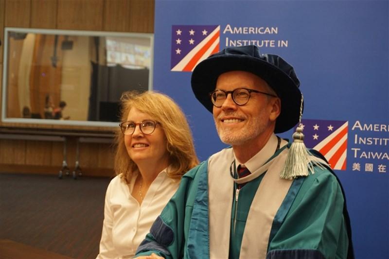 美國在台協會(AIT)處長酈英傑(右)18日獲頒中山大學名譽社會科學博士學位,左為酈英傑妻子布蘭達。(圖取自中山大學網站)中央社記者鍾佑貞傳真  110年6月18日