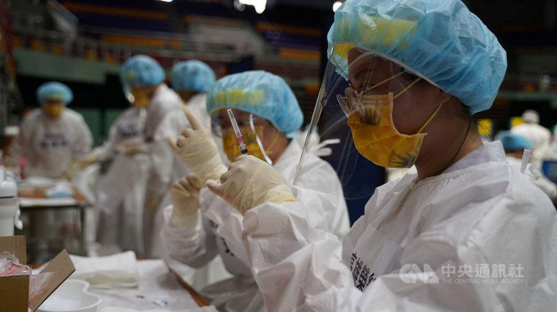 屏東縣18日展開第二階段的疫苗施打,預計80歲至84歲的長者施打人數是2.2萬人。縣府每天掌握疫苗使用數量,為讓疫苗發揮最大效益,以「一滴都不能浪費」為最高原則。(屏東縣政府提供)中央社記者郭芷瑄傳真  110年6月18日