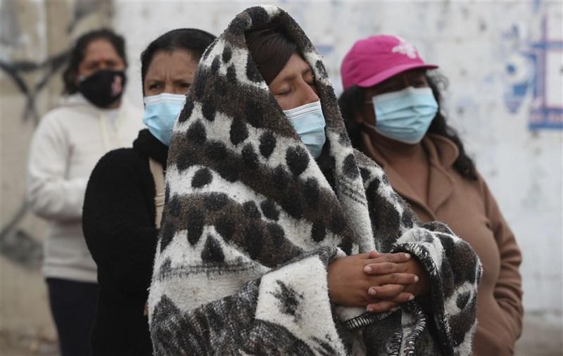 世衛組織通報,去年8月首度在南美國家秘魯發現的COVID-19 Lambda變異病毒株,如今已在多達29個國家流行,尤其是在南美洲。圖為秘魯臨時安置所民眾戴口罩防疫。(美聯社)
