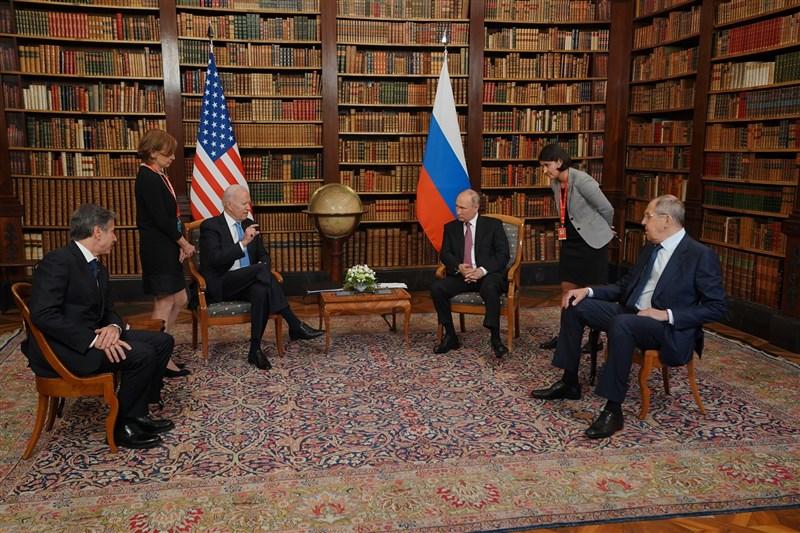 美國總統拜登(左3)與俄羅斯總統蒲亭(右3)日前在瑞士日內瓦舉行峰會,兩人在美國國務卿布林肯(左1)和俄國外長拉夫羅夫(右1)陪同下會談。(圖取自facebook.com/WhiteHouse)