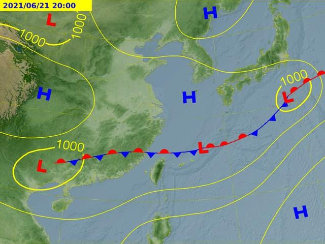中央氣象局預測,21日有一波梅雨鋒面接近,22日至25日呈現滯留,台灣將連續多日易降雨。圖為21日滯留鋒位置預測圖。(圖取自氣象局網頁cwb.gov.tw)