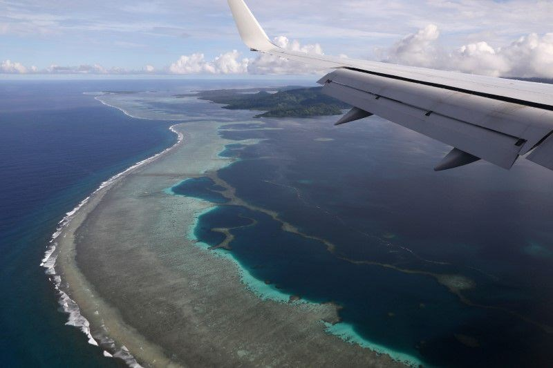 諾魯、吉里巴斯和密克羅尼西亞聯邦等太平洋島國政府聽從美國警告,拒絕將海底電纜鋪設計畫授予中國企業。圖為密克羅尼西亞聯邦波納佩國際機場附近海域。(路透社)