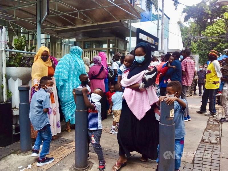 聯合國難民署雅加達辦公室外經常有國際難民聚集抗議,許多人在印尼已經超過8年,聯合國難民署仍無法將他們安置到第3國。圖攝於6月8日。(難民提供)中央社記者石秀娟雅加達傳真  110年6月19日