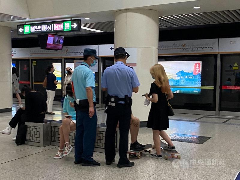 中共將在7月1日慶祝建黨百年,從6月中上旬起,北京的地鐵站內開始加強臨檢,不時可見警方對乘客隨機查驗證件。中央社記者繆宗翰北京攝  110年6月19日