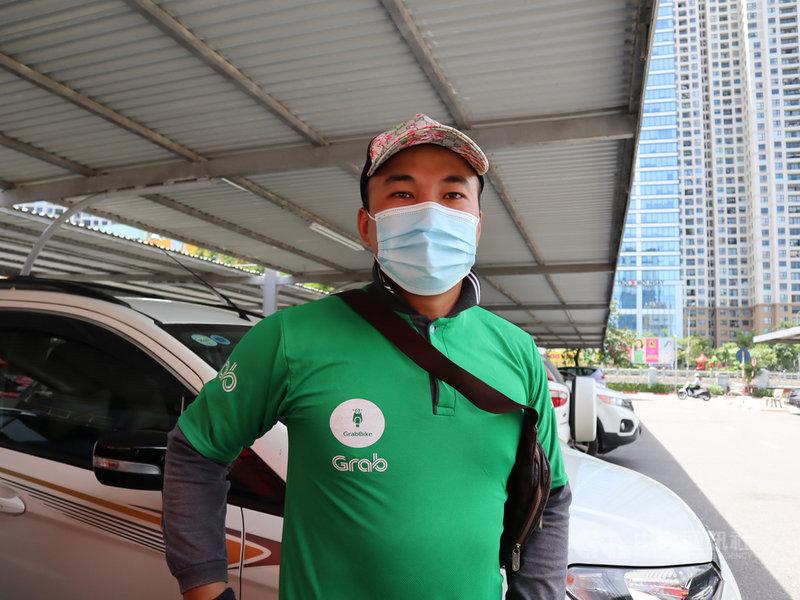 越南摩托計程車司機潘懷龍表示,如果可以選擇,他想打俄羅斯衛星-V及越南國產疫苗,對中國疫苗則不是很有信心。中央社記者陳家倫河內攝  110年6月19日