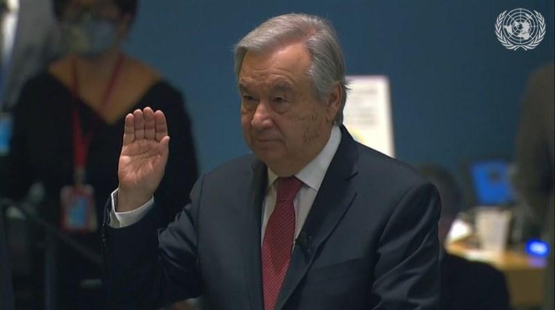 聯合國秘書長古特瑞斯(中)18日宣示續任,矢言記取COVID-19所帶來的教訓。(圖取自twitter.com/UN)