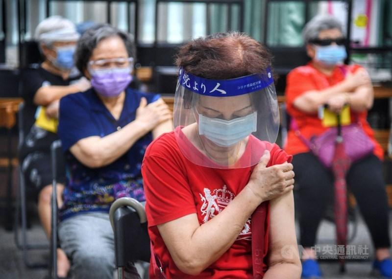 台灣18日新增187例本土個案,疫情指揮中心指揮官陳時中表示,近日新增確診數都維持在200例以下,1.2萬名確診個案已有56%解除隔離。圖為接種疫苗的長者壓住手臂觀察疫苗施打後反應。中央社記者王飛華攝 110年6月18日