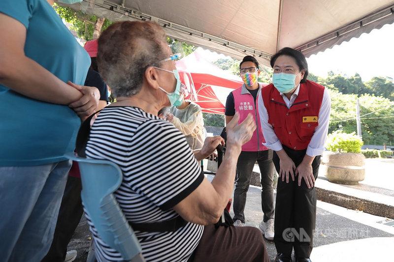 基隆市長林右昌(右)19日上午前往暖暖區疫苗施打站視察,了解動線規畫及施打情況,現場有阿嬤沒排到隊,一入座很快就打到疫苗;林右昌認為施打過程很快就完成,完全沒有外縣市需要大排長龍情況。(基隆市政府提供)中央社記者沈如峰基隆傳真 110年6月19日