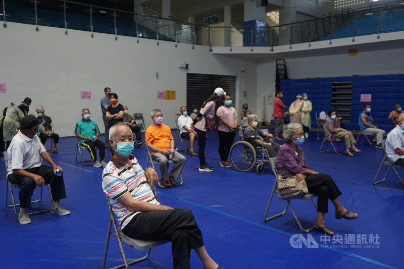 金門縣衛生局19日表示,受近日媒體報導台灣長者打疫苗後死亡案例影響,金門地區75歲以上長者4天來接種疫苗人數僅2350人,而且4大場館接種人數逐日遞減。中央社記者黃慧敏攝 110年6月19日