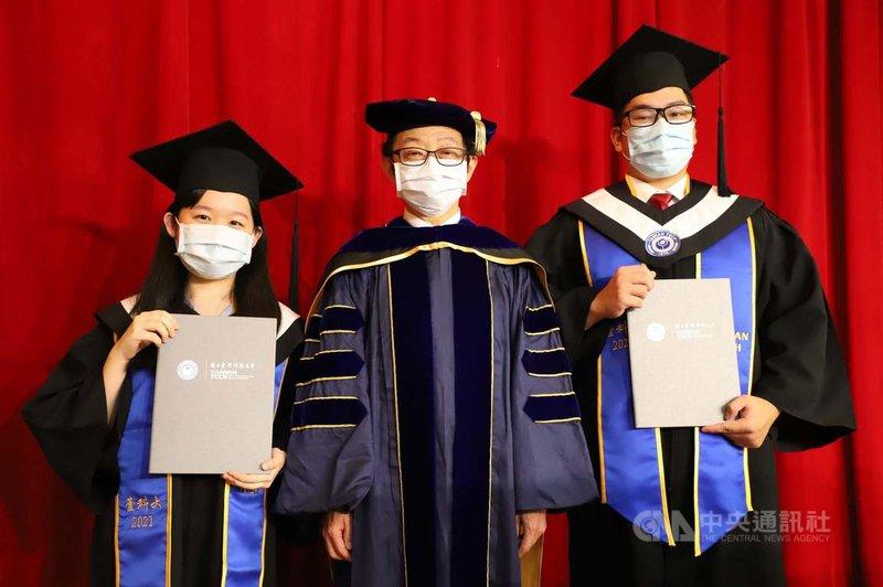 台灣科技大學19日舉辦線上畢業典禮,校長顏家鈺(中)勉勵學生在疫情中用溫暖力量迎向未知的挑戰。(台科大提供)中央社記者陳至中台北傳真  110年6月19日